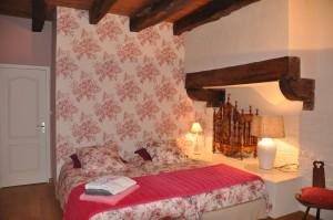 Chambre au couleur rose, très traditionnel avec cheminer réaménagé